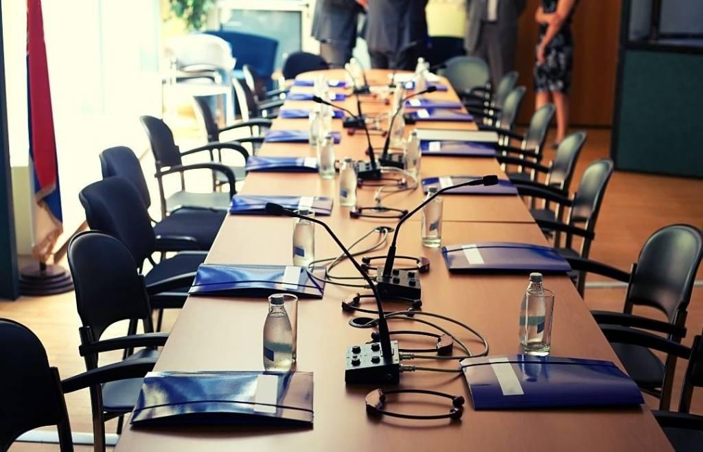 Conference room met audio apparatuur